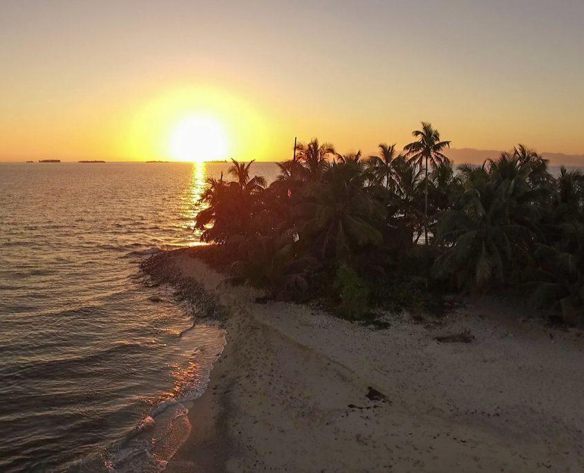 dron-planet-atardecer-2-isla-honduras